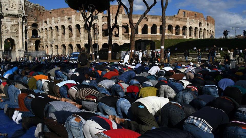 Imagini pentru rugaciune' musulmana la colosseum