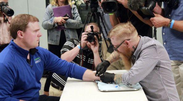 Ce ne așteaptă? În Suedia, MII de oameni își implantează microcipuri sub piele