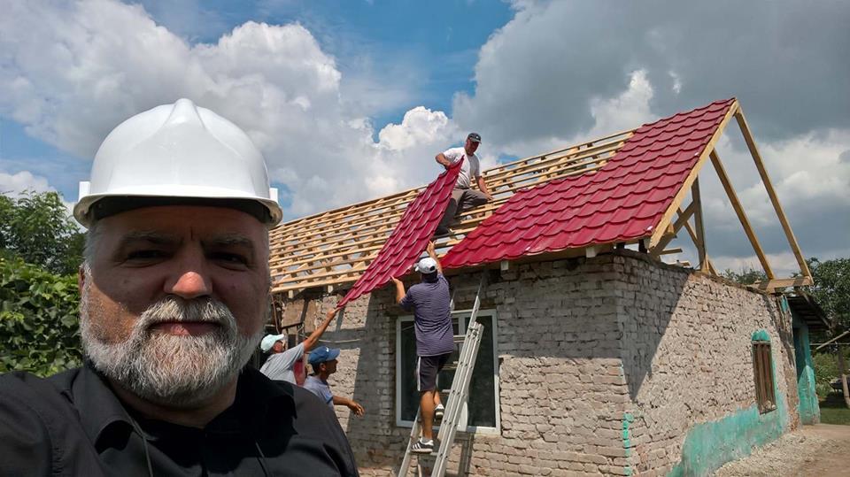 """Un preot din Olt a oferit """"Visuri la cheie"""" unor copii orfani: În 8 zile le-a renovat casa. Părintele a construit și o capelă pentru românii din Vidin"""