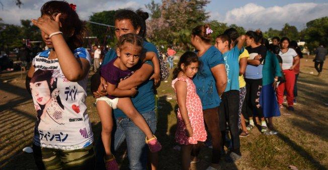 Trump trimite peste 15.000 de militari la frontieră pentru a opri migranții din caravana din America Centrală