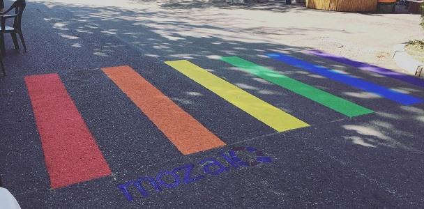 Trecere de pietoni din Bacău, pictată în culorile curcubeului, simbol bliblic confiscat de homosexuali
