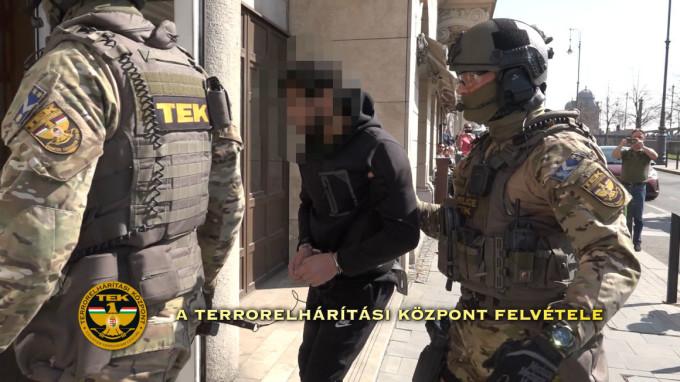 """Ungaria: """"Măcelarul"""" ISIS, care ar fi comandat masacrarea a zeci de sirieni pentru că au refuzat să se alăture grupării jihadiste, acuzat de crime împotriva umanității"""