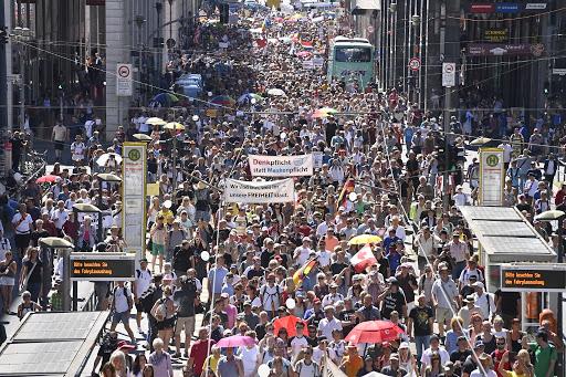 """Zeci de mii de oameni au marcat în capitala Germaniei """"Sfârșitul pandemiei - Ziua Libertății"""", protestând împotriva îngrădirii drepturilor fundamentale sub pretext epidemiologic. Poliția a dispersat mitingul"""