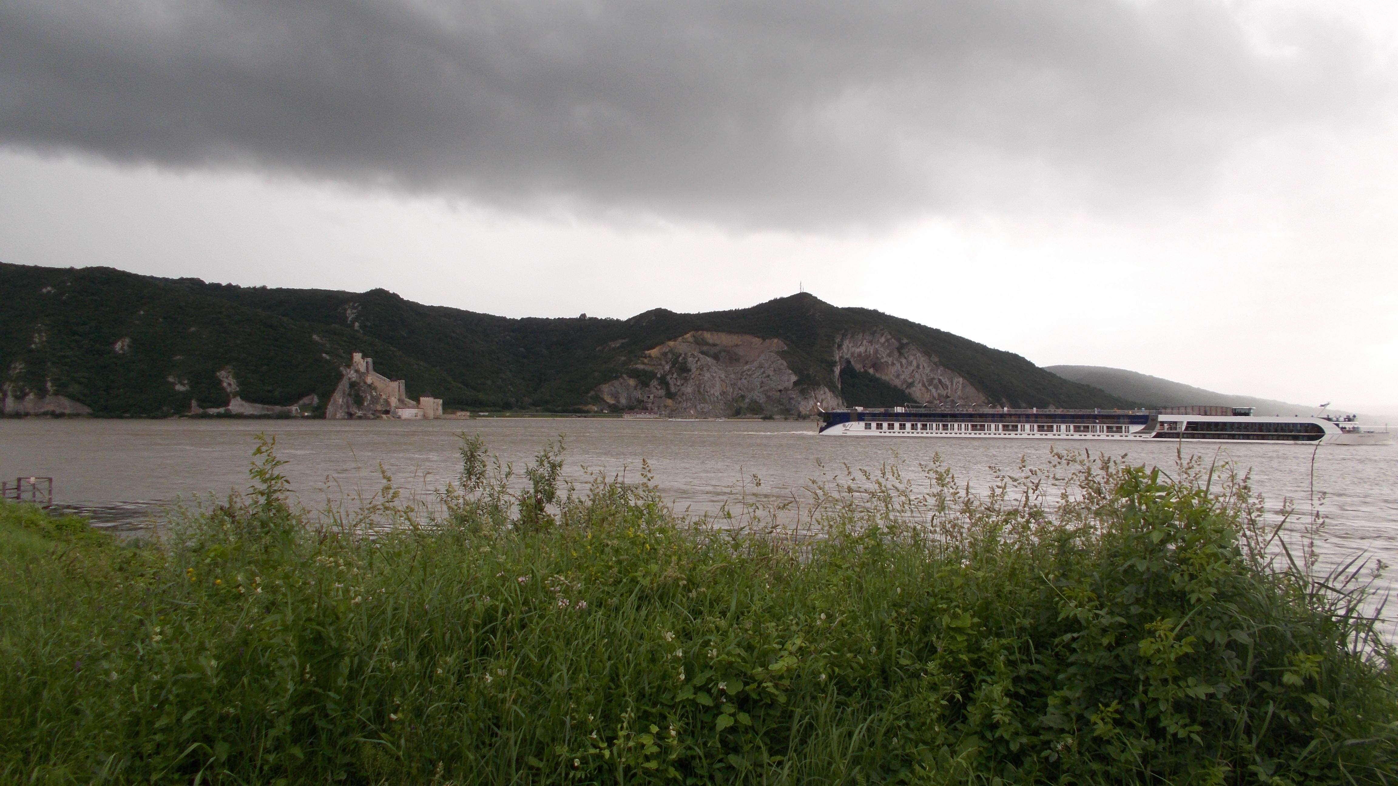 Tun funciar în Clisura Dunării cu sprijinul primarului comunei Berzasca. Oliver Ieremici, consilier local - plângere împotriva deciziei de a vinde terenurile din satul Colza, de pe malul Dunării
