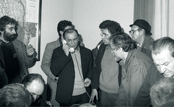 Sarbu pro tv la Revolutie Se repetă SCENARIUL din decembrie 1989? Coincidenţe EVIDENTE cu evenimentele de acum 25 de ani FOTO & VIDEO