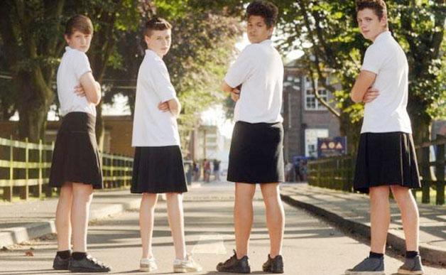 """Băieții din TOATE școlile franceze din Nantes sunt invitați, mâine, să POARTE FUSTĂ, în cadrul Campaniei """"LIFT THE SKIRT"""". În semn de protest, un activist a întrebat: """"în cazul acesta, FETELE ar trebui să poarte BARBĂ""""?"""
