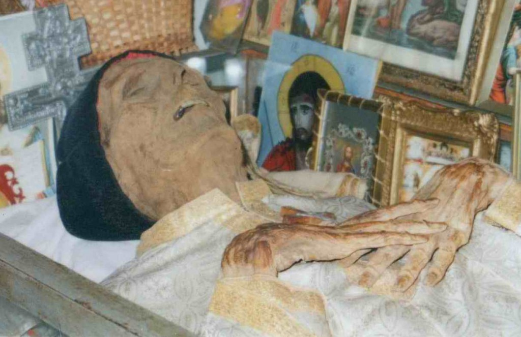 fotopriliecop1 1024x663 22 iulie, are loc Parastasul de 31 de ani al Părintelui Ilie Lăcătușu, găsit NEPUTREZIT și BINEMIROSITOR în Giulești