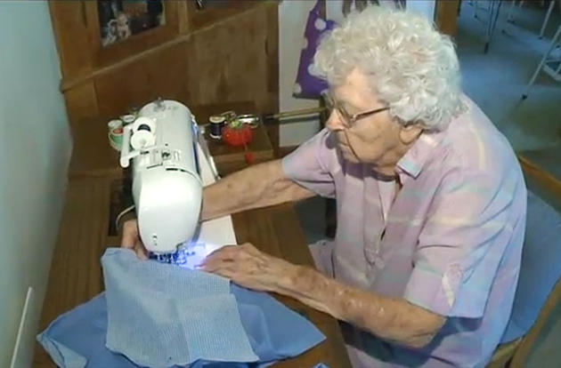 Povestea-femeii-în-vârstă-de-99-de-ani-care-coase-în-fiecare-zi-o-rochie