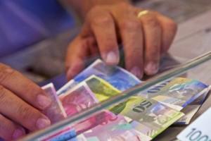 Încă o bancă din România reduce DOBÂNDA pentru clienţii cu credite în franci elveţieni