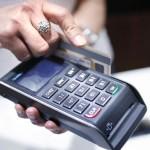 ATENŢIE când plătiţi cu CARDUL în magazine! Hoţii vă pot FURA PIN-ul de la distanţă