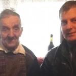 Ştefan Ioan Istrate, veteran de război, la 103 ani, şi primarul comunei Şpring, Daniel Rusu.