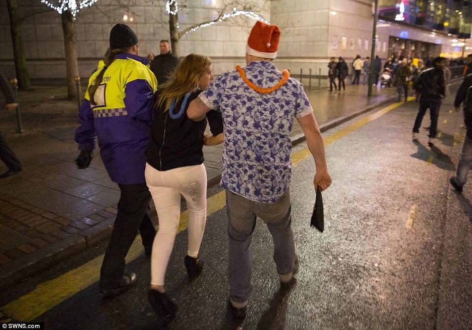 10 IMAGINILE DESFRÂULUI din Anglia. Momentele din noaptea de Revelion care i au şocat până şi pe politişti