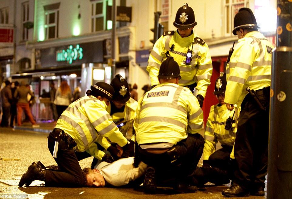 111 IMAGINILE DESFRÂULUI din Anglia. Momentele din noaptea de Revelion care i au şocat până şi pe politişti