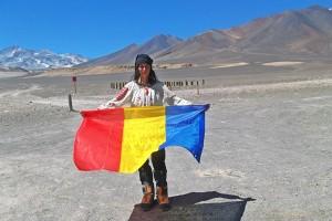 La doar 17 ani, a dus ia şi steagul României pe cel mai înalt vulcan din lume