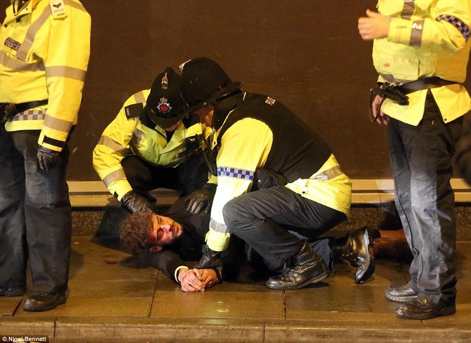 21 IMAGINILE DESFRÂULUI din Anglia. Momentele din noaptea de Revelion care i au şocat până şi pe politişti
