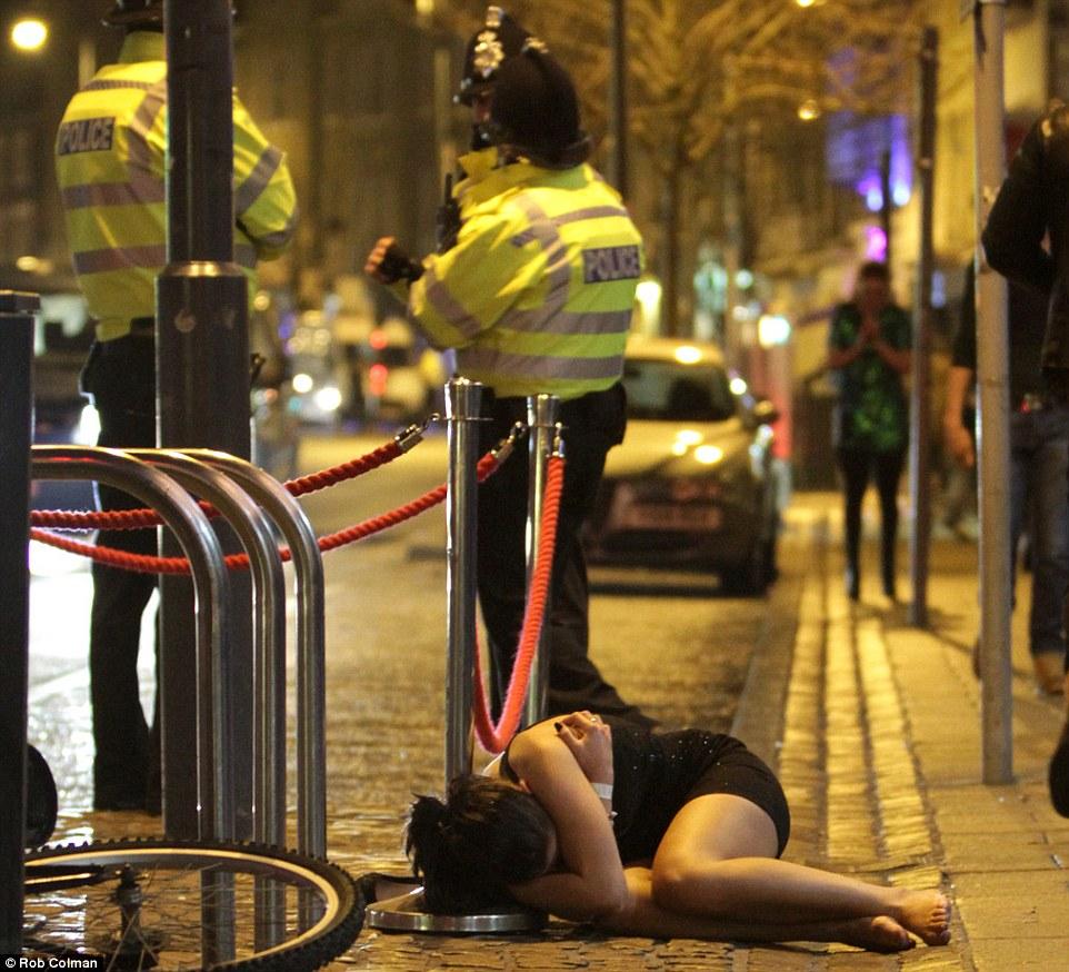 8 IMAGINILE DESFRÂULUI din Anglia. Momentele din noaptea de Revelion care i au şocat până şi pe politişti