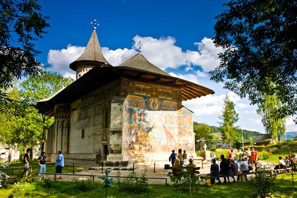 O scriitoare din Franţa, impresionată de Mănăstirea Voroneţ: Un loc pur şi simplu magic
