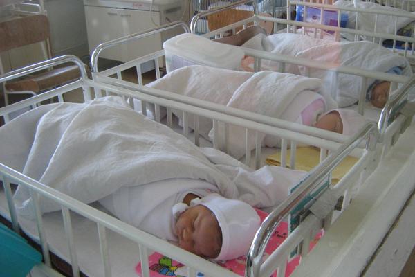 Academia Română RECUNOAŞTE: Lipsa naşterilor, AVORTURILE şi emigraţia pun în PERICOL sistemul public de pensii