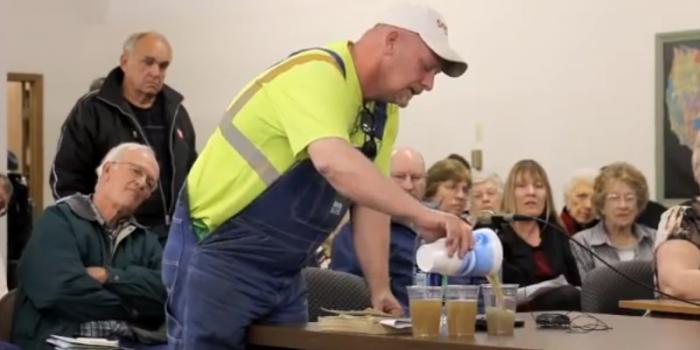 VIDEO Un agricultor din Nebraska le-a închis gura lobbyiștilor fracturării hidraulice:Bea cineva din această apă?