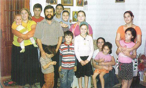O familie cu 14 copii şi-a pierdut mijlocul de câştigare a existenţei. Îi ajutăm să muncească?