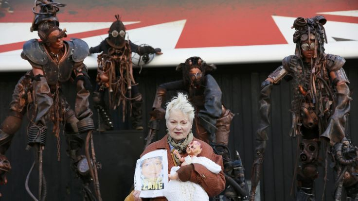VIDEO COPILUL FRACTURAT. Protestul inedit al celebrei creatoare de modă Vivienne Westwood față de fracturarea hidraulică: Este o CRIMĂ ÎMPOTRIVA UMANITĂȚII