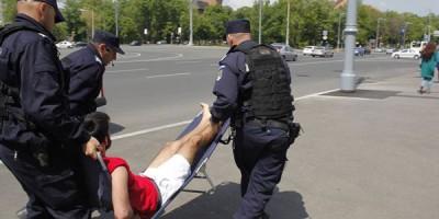 Au băgat și șezlongul în dubă! VIDEO şi FOTO Cum au reacţionat jandarmii la un protest în faţa Guvernului pentru modificarea Codului Muncii
