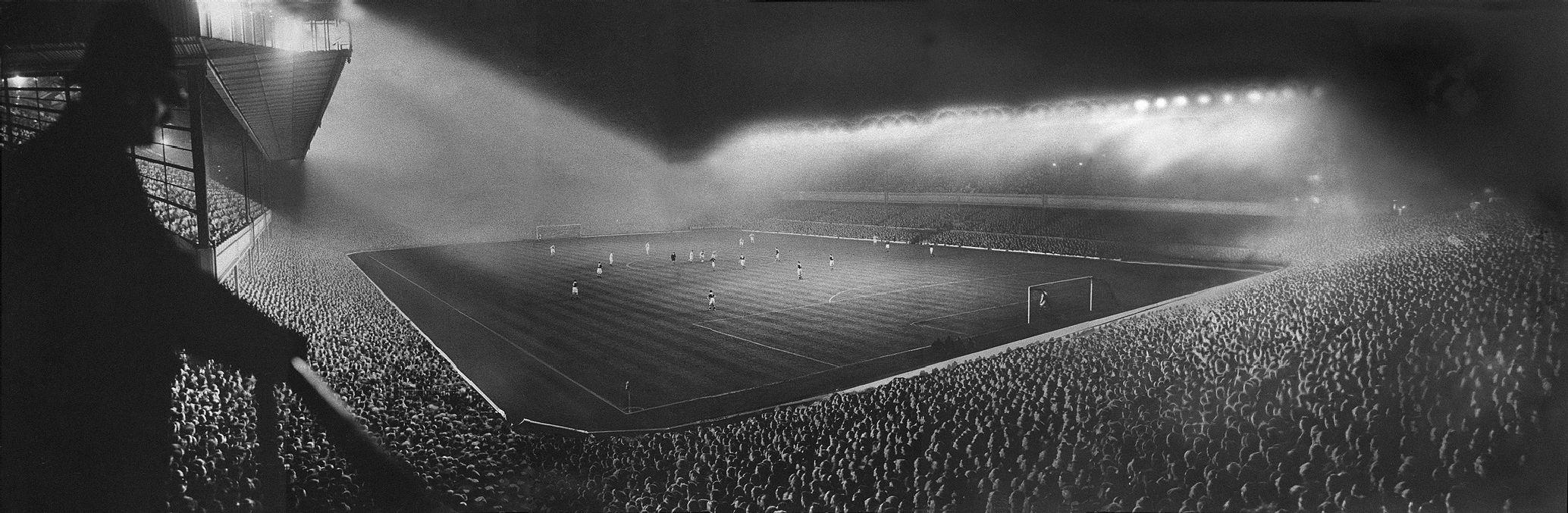 Incursiune în istoria fotbalului. Povestea primelor meciuri jucate în nocturnă